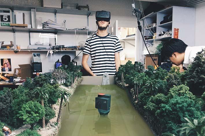 玩家頭戴VR顯示器,化身迷你船長實時探險。