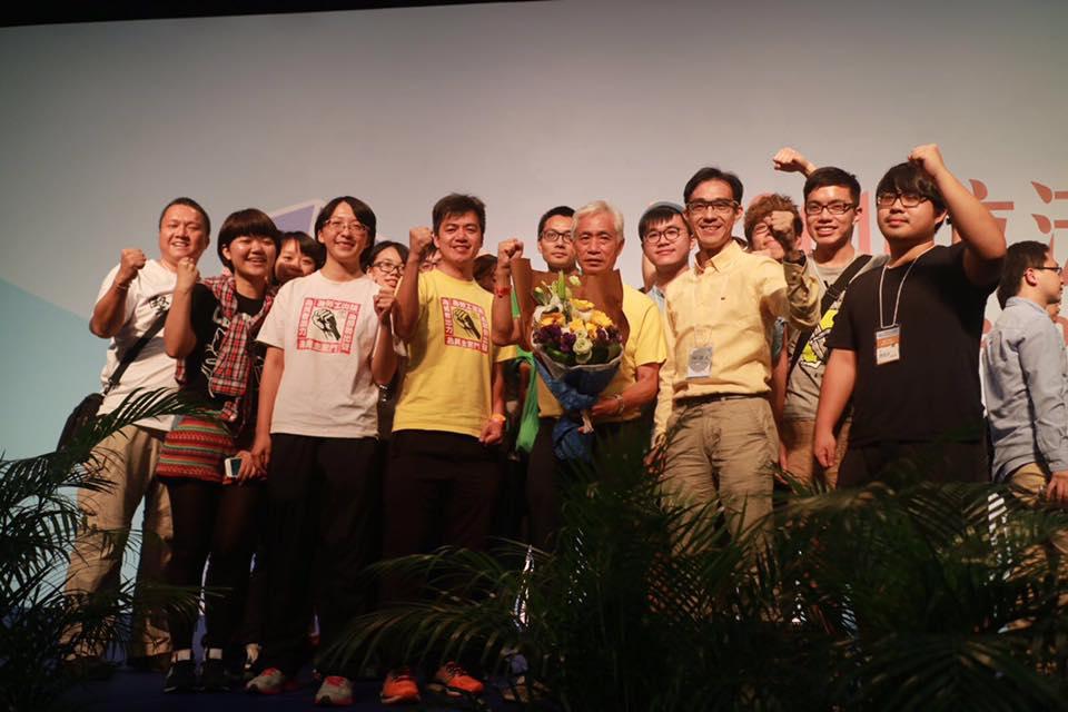 梁耀忠當選超級區議員,鄭梓冲(右二)一同上台合照。