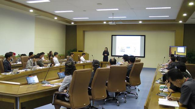 陳廣慧向40位朝鮮官員講述救援包的應用。