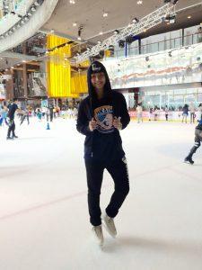 李芷菁協助拍攝冰上運動影片。